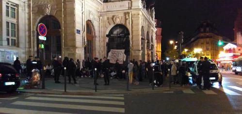Parvis de la mairie du 18e occupé par les migrants expulsés du square Jessaint